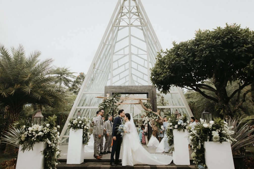 intimate-wedding-in-bogor-beautiful-effortless-wonderful-view-outdoor-celebration-greenery-gorgeous